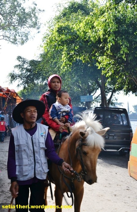 naik kuda memutari telaga sarangan