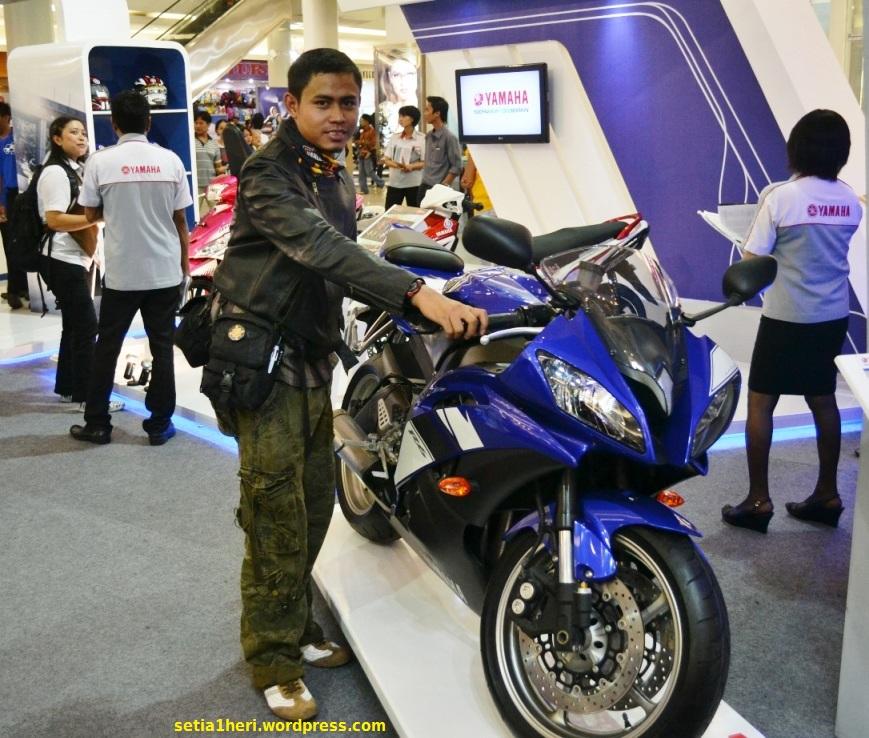 memegang Yamaha R6