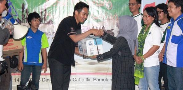2_Baksos Ramadhan SOHO Group Bersama Komunitas Mobil & Motor_penyerahan Tanda Kasih