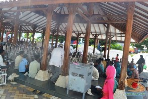 suasana makam maulana malik ibrahim (2)