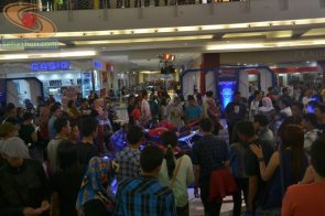 pengunjung mall royal plaza melihat motor yamaha R series