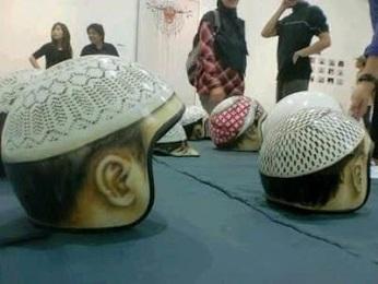 helm bentuk peci atau kopyah