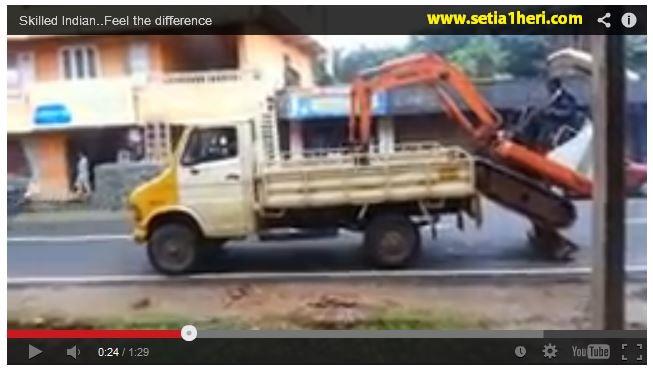 Excavator naik truk sendiri tanpa bantuan (funny video)
