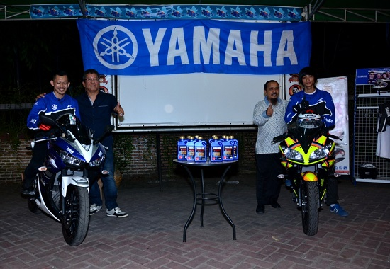 GM POD (Parts of Division) Yamaha Indonesia Mangiring Siahaan (kiri) dan Asisten GM Marketing Yamaha Indonesia Mohammad Masykur (kanan) bersama perwakilan Ravens United R25 dan R15 Club Indonesia
