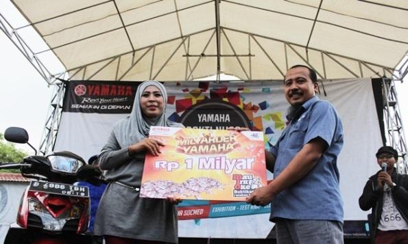 Ria Mulyaningsih Milyarder Yamaha dan Asisten GM Marketing Yamaha Indonesia  di atas panggung bersama Mio GT yang dibeli Ria. Mau Irit Oke! (2)
