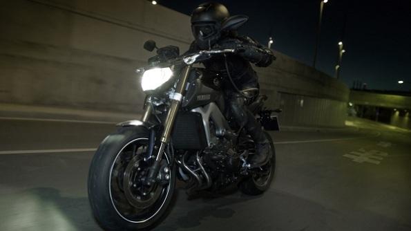 2015-Yamaha-MT-09-EU-Deep-Armor-Action-004
