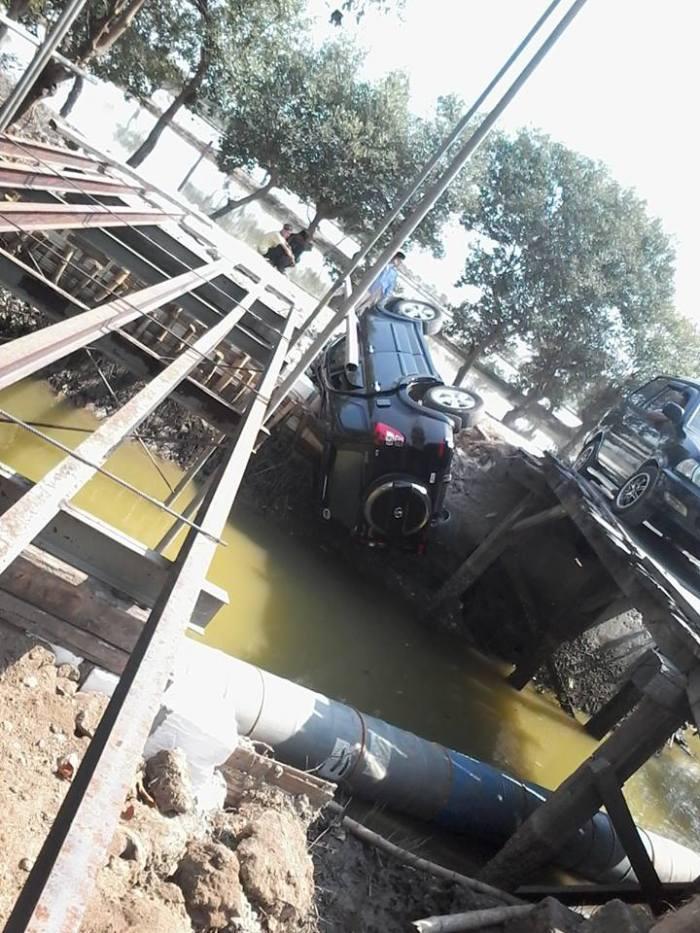 Toyota Rush terbalik di jembatan mengare gresik
