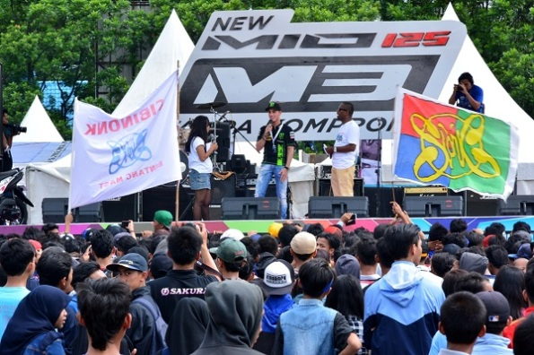 Pembalap MotoGP Yamaha Pol Espargaro di atas panggung Yamaha Asean Cup Race 2014 sukses menarik banyak pengunjung