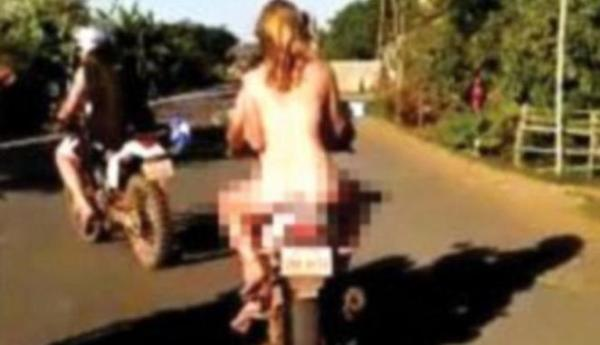 289505_tiga-warga-asing-mengendarai-motor-tanpa-busana-di-kamboja_663_382